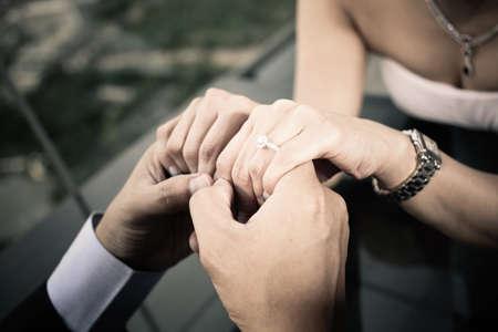 anillo de compromiso: manos anillo de compromiso, la novia y el novio cerca del anillo