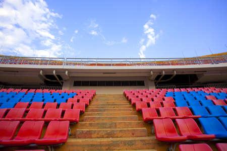 明るい空を見上げてスタジアム手順島競技場通路、赤と青の座席