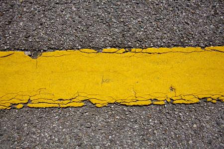 scheidingslijnen: gele lijn, textuur van gele straat scheidslijn tussen de weg
