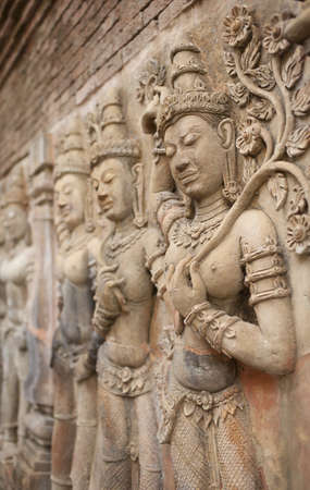 antique woman: decoraci�n de la pared, decoraci�n de la pared arte antiguo en la mujer mantenga la hoja y el baile en la cultura tailandesa Foto de archivo