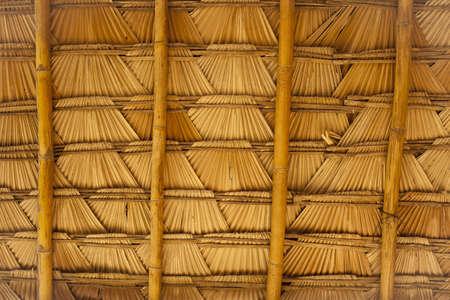 自然の屋根の詳細織り竹とヤシの葉の屋根のテクスチャ