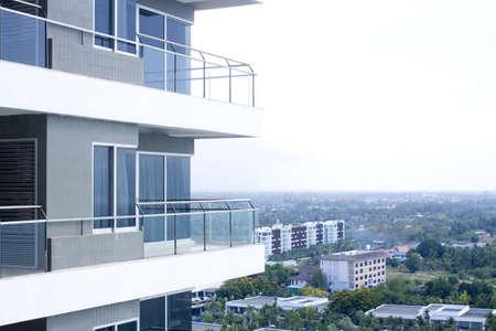 gebouw balkon, bouwen balkonconstructie gemaakt van spiegelglas en ijzer