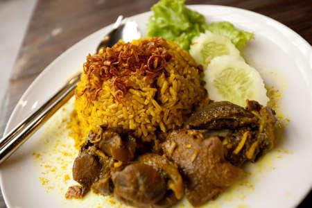 肉と米、牛肉の煮込みとすべての黄色のスパイス米 写真素材
