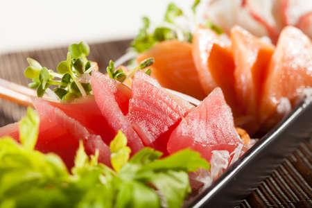 Sashimi, roher Fisch im traditionellen japanischen Stil gemischt essen mit Slice Rettich Standard-Bild