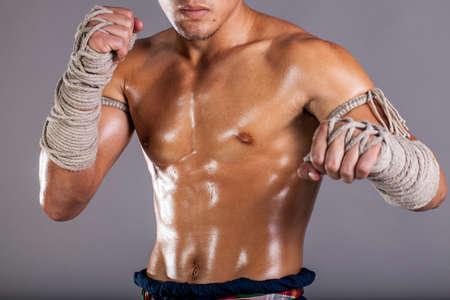 patada: Muay Thai, un vestido de cuerpo act�an aceitosa masculina en el boxeo tailand�s tradicional