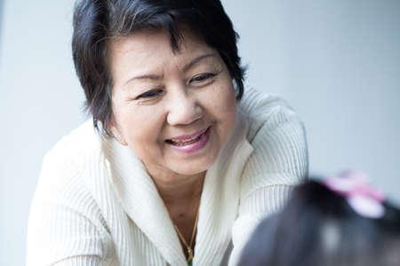 abuela: abuela, joven felicidad cuota de mujer de la edad de oro de Asia con la nieta Foto de archivo