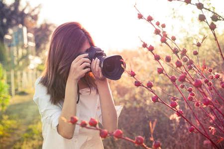 カメラ少女タイ アジア カメラ自然庭のかわいいアクションを笑顔で夜の日光で撮影