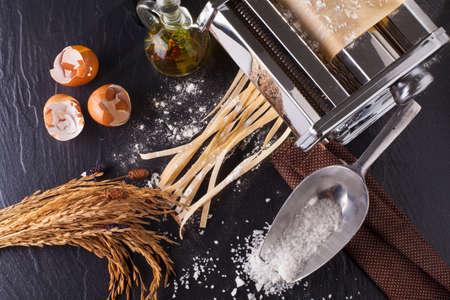 pastas: toma de pasta fresca hecha en casa de tallarines de pasta fresca con ángulo de huevo y harina de sobrecarga