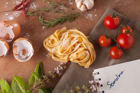 """semolina paste: Menu Pasta, preparazione di pasta ingredienti della ricetta con il taccuino vuoto parola scritta """"semola"""""""