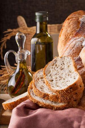 pain: Pain, un ensemble de variation de pains sur un billot de bois avec pointe