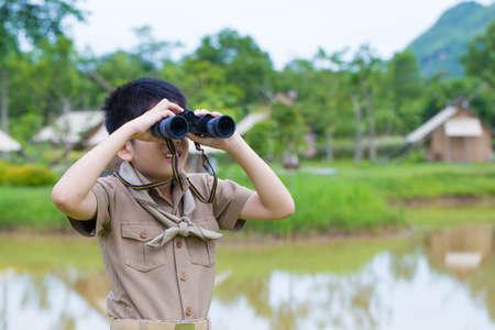 ボーイ スカウト、フォレストの両眼と制服探索タイ アジア若いボーイ スカウト