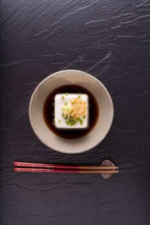 日本の豆腐、ダイニング テーブルの上の皿に添えソフト冷奴 写真素材