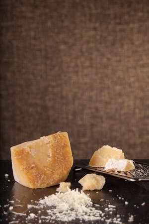 formaggio grattugiato, parmigiano grattugiato con una grattugia e un vaso e una bottiglia di olio d'oliva