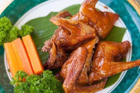 Naczynie Ładny tłusty brown kolor Smażący gołąb stawia dalej ładnego dekorującego talerza w Cantonese restauraci w Wietnam Zdjęcie Seryjne