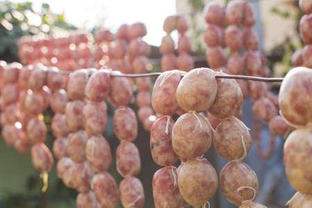 조미료 태양의 질감을 닫습니다. 태국에서 음식 보존의 로컬 프로 시저를 사용 하여 태국 집 만든 된 스타일 소시지. 스톡 콘텐츠