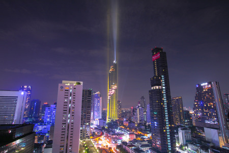 millonario: BANGKOK, Tailandia - 28 de agosto, 2016: Bangkok nuevo y moderno edificio localiza en el área de negocios, Mahanakhon Tower, el edificio más alto de Bangkok, Tailandia. Editorial