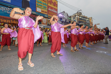 ratchasima: NAKHON RATCHASIMA, THAILAND - MARCH 23:Unidentified thai people traditional dance in the parade at annual festival Thao Suranaree monument on March 23, 2015 in Nakhon Ratchasima or Korat, Thailand. Editorial