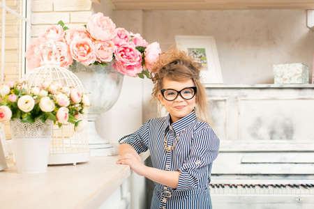 pianista: beautiful girl with flowers at the piano