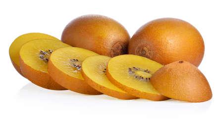 kiwi fruta: Plenario y cortar los kiwis de oro sobre fondo blanco