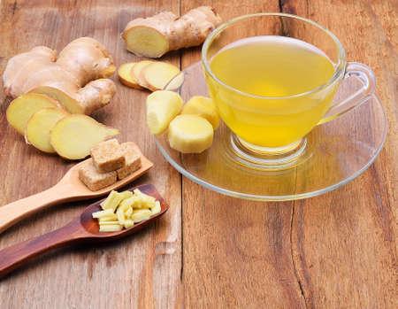 planta con raiz: El t� de jengibre en mesa de madera