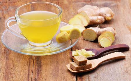 Gember thee op houten tafel