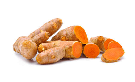 Kurkuma wortels op een witte achtergrond