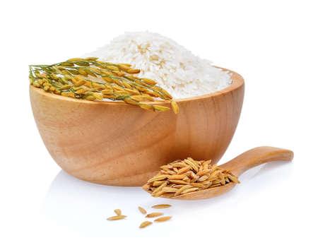 Rijst planten, korrels van Thaise jasmijn rijst in houten kom op witte achtergrond Stockfoto