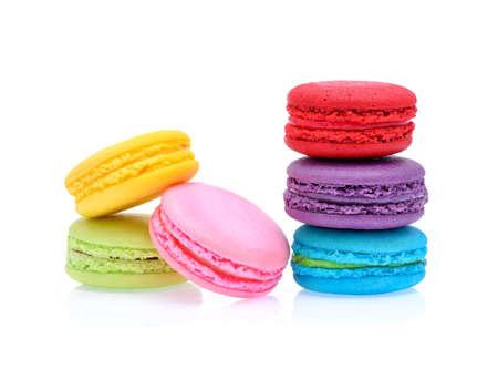Macarrones franceses dulces y coloridos o macarrón en el fondo blanco, postre. Foto de archivo - 74492003
