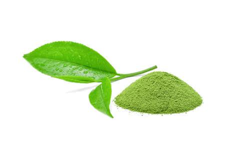 poeder groene thee met groen theeblad op witte achtergrond. Stockfoto