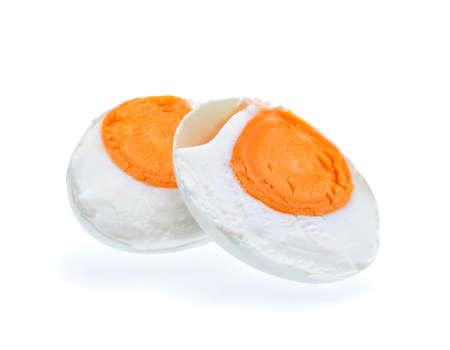 白い背景の塩漬けのアヒルの卵