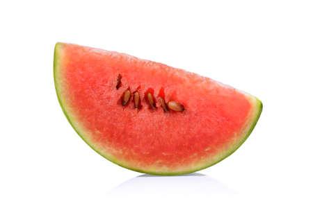 Plak van watermeloen die op witte achtergrond wordt geïsoleerd
