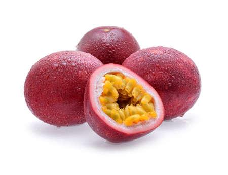 Passion fruit met druppel water geïsoleerd op een witte achtergrond. Stockfoto
