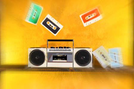 grabadora: Radio grabadora y reproductor de casetes de música en starburst en el fondo de oro - caja Boom sistema de sonido portátil estilo retro - Concepto de tecnología obsoleta de la vendimia con filtro de desenfoque de zoom radial