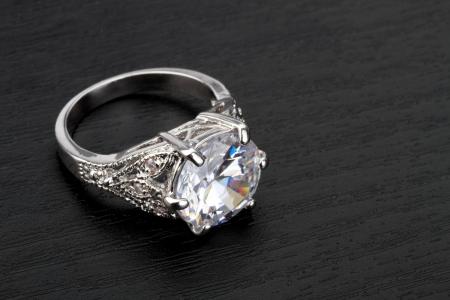 diamante negro: El anillo de diamante en el fondo negro Foto de archivo