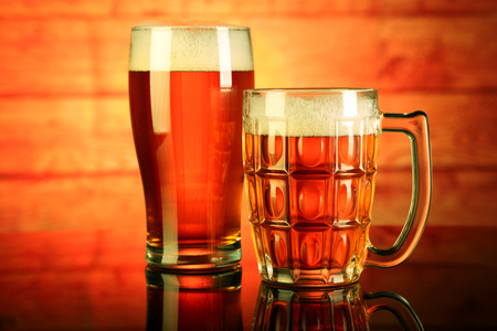 Two Beer Mug / Glass with froth with reflection Standard-Bild - 119903618