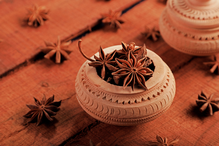 Indian Spice Star Anise in a Handicraft Pot Imagens