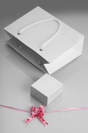 White Paper Bag, Jewelry Box and Gift Ribbon for Mockups Standard-Bild