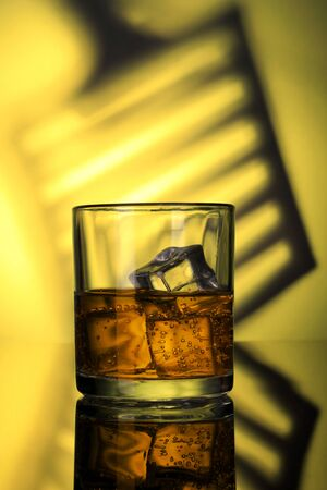 Chilled Whiskey Glass with fizzy soda and Ice Cubes Standard-Bild