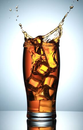 Cold Drink Splash with Ice Cubes Standard-Bild