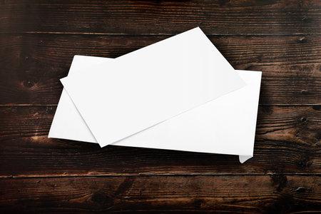 Blank White Envelope Mockup with a Invitation Card on Wooden Background Standard-Bild