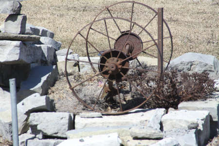 Rusty old metal wheels at the sides of a narrow roadway 版權商用圖片