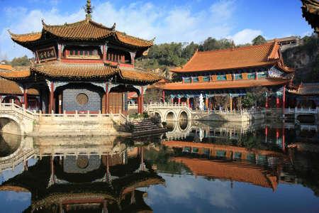 Nel cortile di un vecchio tempio cinese di Kunming, in Cina, con la sala di culto principale in background.