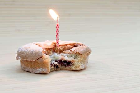 Pastel de cumpleaños con vela Foto de archivo - 92242295
