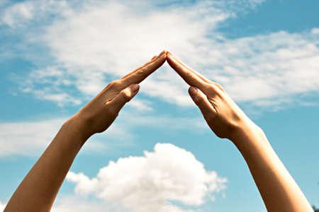 결합 된 손은 삼각형을 형성하고있다.