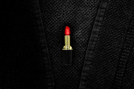 rode pomade ligt op een zwarte badstof Stockfoto