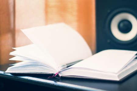 サラウンドサウンドコラムの背景にノートブックや本で作業場所.職場のコンセプト 写真素材