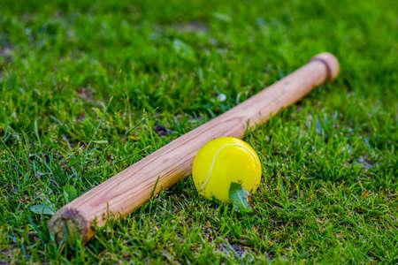 Baseball i domowej roboty kij na trawie. Koncepcyjne gry i zajęcia sportowe dla dzieci