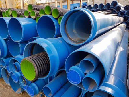 Tubos de PVC azul en almacenamiento, tubos de plástico, Fondo de PVC Foto de archivo