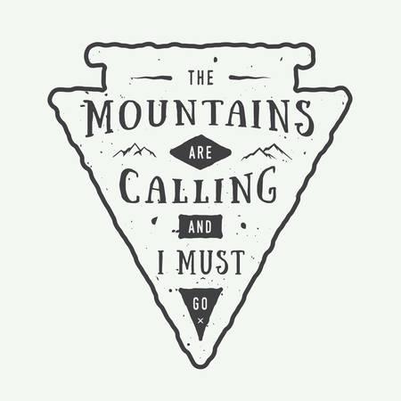 montagna: Vintage avventura logo distintivo, emblema con slogan. Illustrazione vettoriale