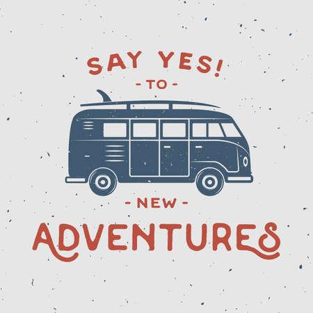 cartel retro de la vendimia con la furgoneta hippie, tabla de surf y presupuesto de viaje. Decir que sí a nuevas aventuras. Arte Grafico. Ilustración del vector.
